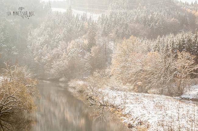 ninsoare peste apa