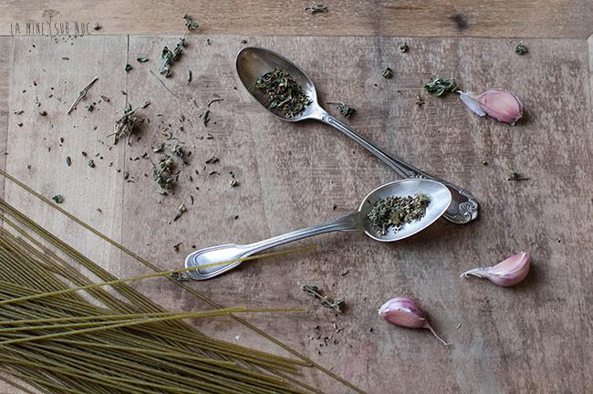 cimbru-usturoi-si-macaroane-de-quinoa-cu-patrunjel