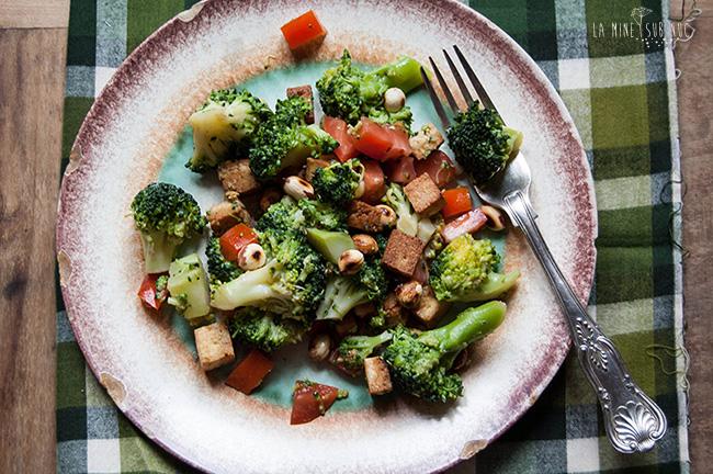salata-de-broccoli-cu-alune-si-tofu