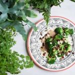 Salata de brocoli cu seminte glazurate si sos satay (vegan)