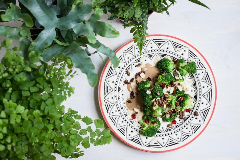 SAlata de brocoli cu seminte glazurate in sos de soya si sos satay vegan